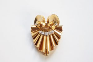 Frozen movements in gold: Retro French 18K gold and diamond brooch