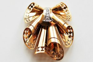 Frozen movements in gold: French handkerchief brooch in 18K gold and diamonds of the 1940s